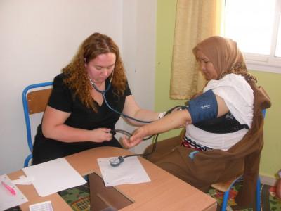 طبيبات وممرضات كنديات يقدمن خدمات طبية  للأطفال دوي الإعاقة الدهنية بمركز اناروز