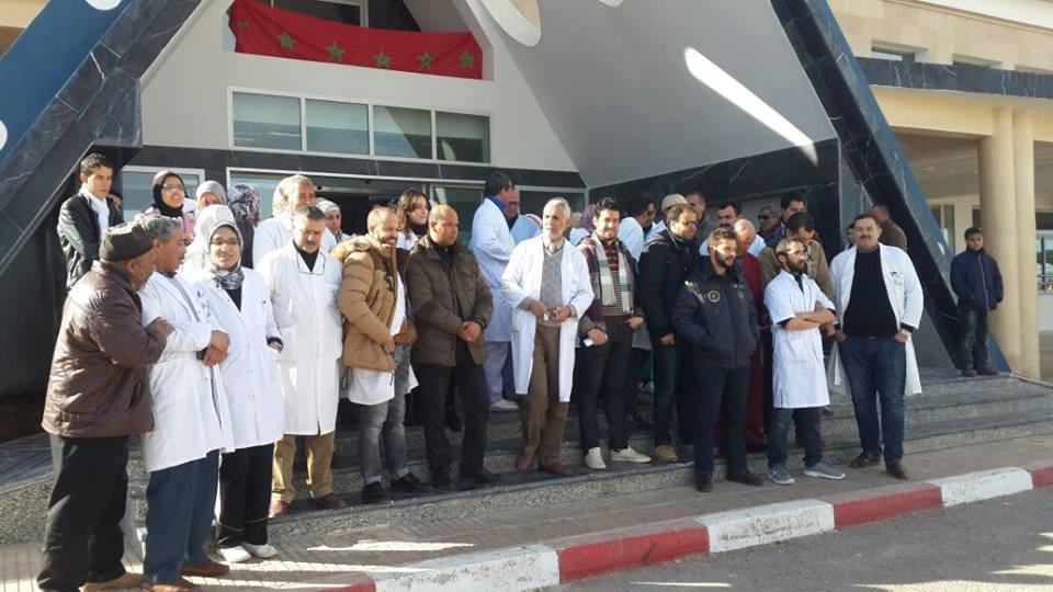 شغيلة الصحة بميدلت تحتج وتطالب بالامن وحماية حرمة المستشفى الاقليمي.