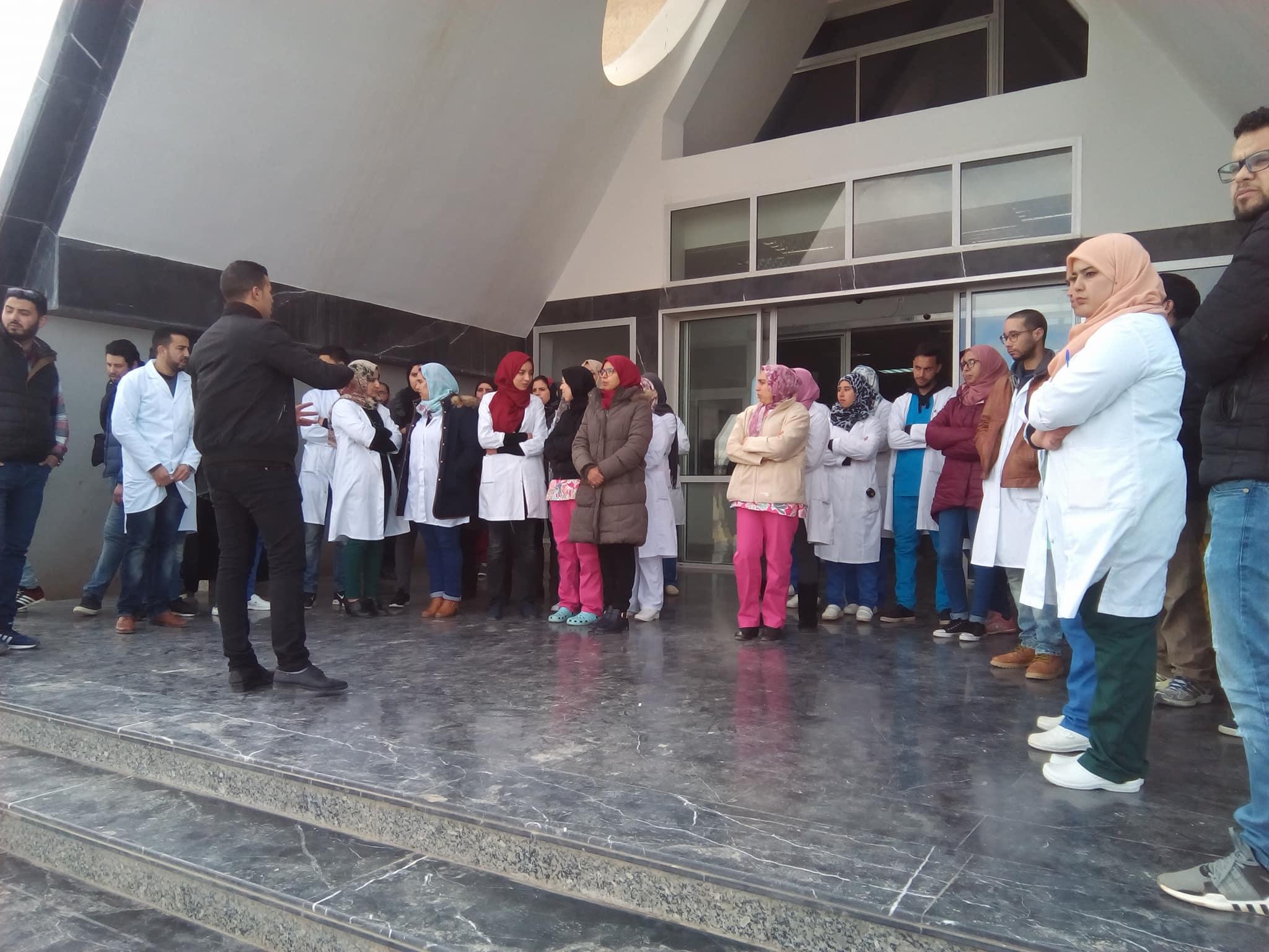 وقفة احتجاجة تقودها حركة الممرضين وتقتيي الصحة بالمغرب امام  المستشفى الإقليمي ميدلت