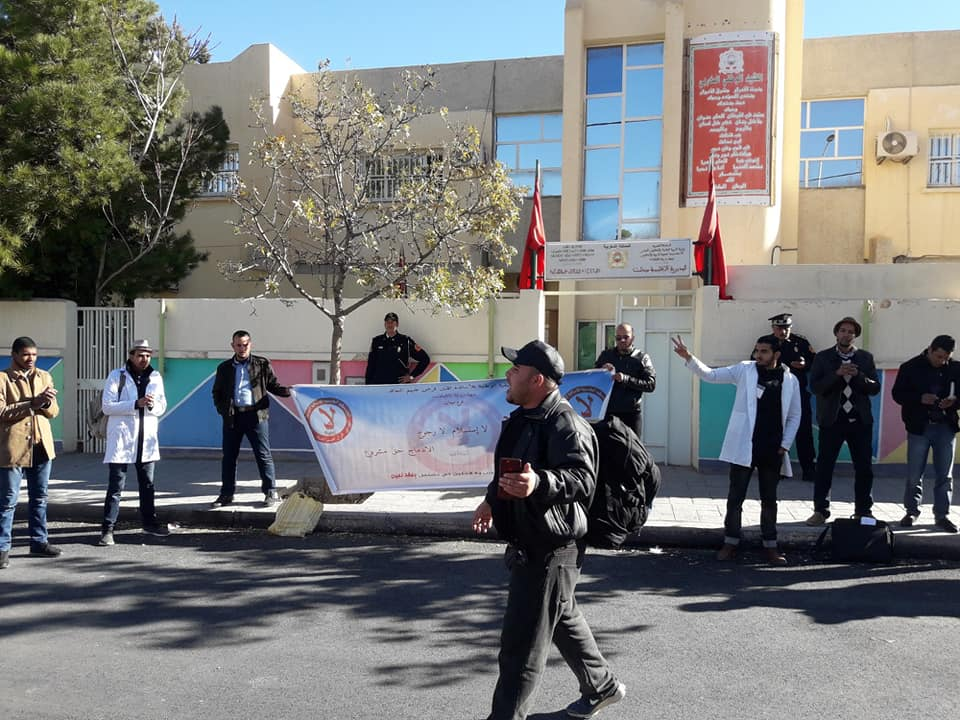 لا للتعاقد: وفقة احتجاجية للاساتذة المتعاقدين امام مديرية التعليم ميدلت