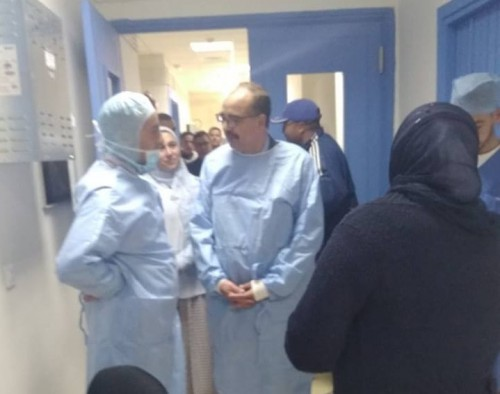 عامل الاقليم يقوم بزيارة لقافلة جراحة الجلالة، ويسهر شخصيا على حالة معاق مصاب بورم في العين.