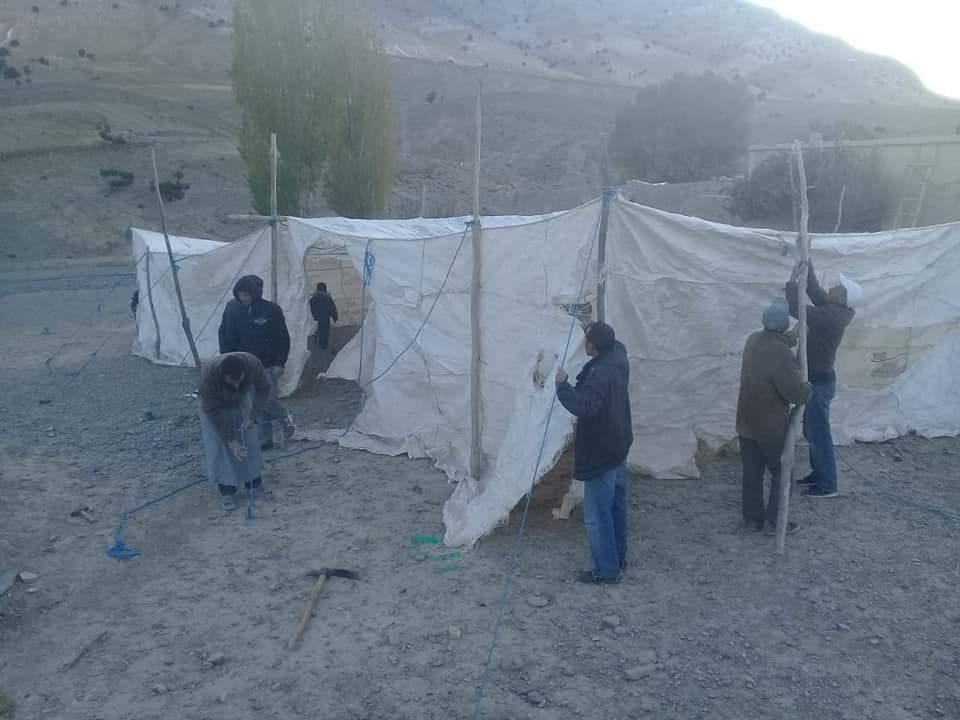 مُواطنون ينصِبُونَ خياماً بدائية ويَبيتون في العراء بقرية ألمو أبوري إقليم ميدلت خوفاً من الزلزال