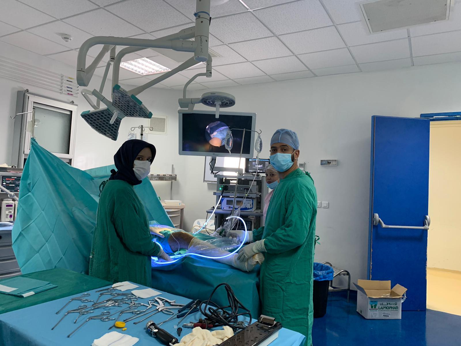 إجراء عملية على مستوى الركبة باستعمال تقنية المنظار arthroscopie بالمستشفى الاقليمي لميدلت